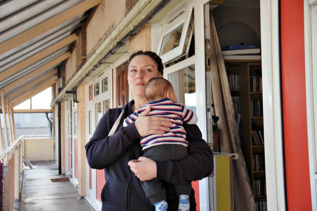 Η Σαμάνθα, 35 χρονών και ανύπαντρη μητέρα τριών παιδιών, έλαβε την απόφαση της έξωσης από το διαμέρισμά τους και, τρεις μήνες αργότερα, μια προσφορά για ένα δωμάτιο εκτάκτου ανάγκης στο Μπέρμιγχαμ, 200 και βάλε χιλιόμετρα μακριά από εκεί που έμενε –και εργαζόταν part-time- ως τότε. Αρνήθηκε την προσφορά, προκειμένου να μη βγάλει τα παιδιά από το σχολείο τους και να μη χάσει την υποστήριξη της οικογένειας και των φίλων της.
