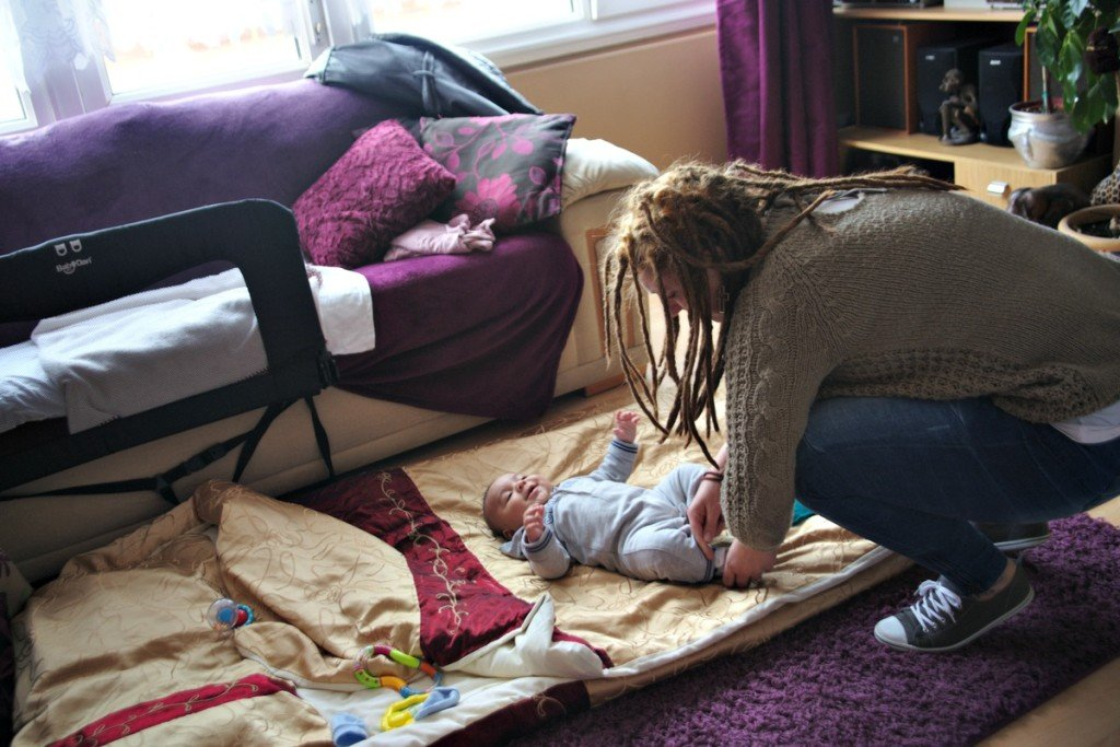 Αφού βρέθηκε να κοιμάται στο δρόμο, μαζί με το γιο της, βρέφος ακόμη, η Σαμάνθα ζήτησε βοήθεια από τη μητέρα της. Εκείνη και το μωρό κοιμόντουσαν στον καναπέ, ενώ οι μεγαλύτεροι γιοι της μοιράζονταν την κρεβατοκάμαρα με τη γιαγιά τους. Στο σημείο αυτό, οι επιδόσεις των παιδιών στο σχολείο άρχισαν να πέφτουν δραματικά και η ίδια να παρουσιάζει όλο και περισσότερα συμπτώματα κατάθλιψης. Της παραχωρήθηκε ένα διαμέρισμα, για μερικούς μήνες, στο οποίο μένει ακόμα μαζί με τους γιους της. Είναι μια ανάπαυλα για τη Σαμάνθα, που όμως ανησυχεί πάντα για τη στιγμή που θα χρειαστεί να ξαναρχίσει τη μάχη.