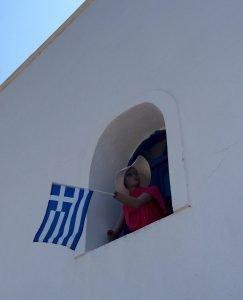 κούκλα με ελληνική σημαία
